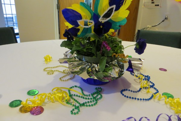 A festive table arrangement of pansies and beads